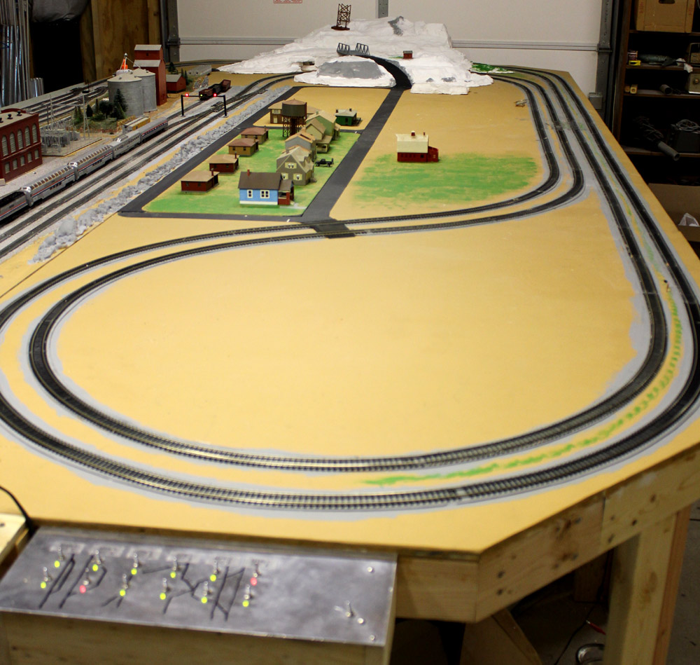 Train real and models - N scale train layouts small spaces paint ...